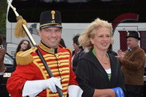 Hptm Andreas Ellersdorfer mit Bänderpatin Christine Kobald