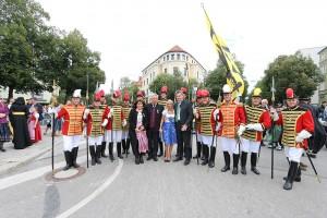 Die Trabantengarde mit Ministerpräsident Söder und Oberbürgermeister Reiter mit Gattinnen