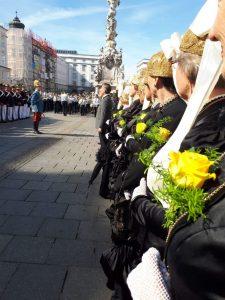 Nach ihnen kann man sich die Uhr stellen: Die St.Veiter Goldhaubenfrauen