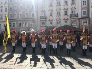 Strahlt auch gegen das Sonnenlicht: Die Trabantengarde in Linz