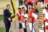 S.K.u.K.H. Karl v. Habsburg-Lothringen geht auf seine Trabanten zu