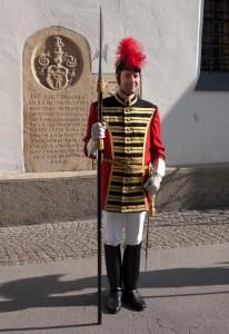 Trabant mit Waffenrock und historischer Bewaffnung
