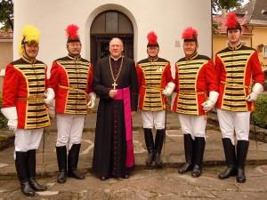 Bischof Alois Schwarz mit Trabanten