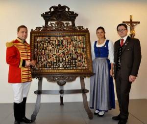 Die historische Tafel flankiert von Gratulant Hauptmann Andreas Ellersdorfer und den Chor-Obleuten Mag. Kerstin Strohmaier und Ing. Andreas Kerschbaumer
