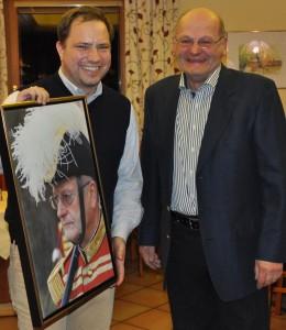 Hptm Ellersdorfer überreicht dem Ehrenleutnant ein Portrait