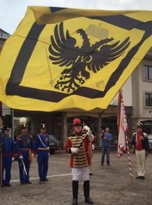 Trb Günther Fritz schwingt die Fahne während der Kaiserhymne