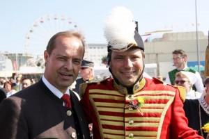Kammerpräsident Mößler mit Hptm Ellersdorfer