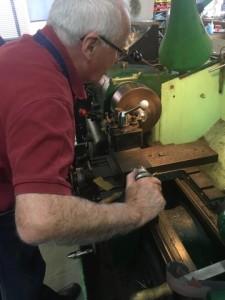 Jeder einzelne Knopf ist handgefertigt und wird im ersten Schritt von einem Dreher bearbeitet.